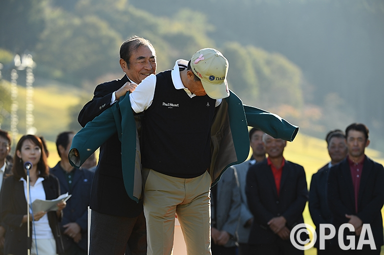 <Photo・FR>古森大会会長より優勝者ブレザー授与