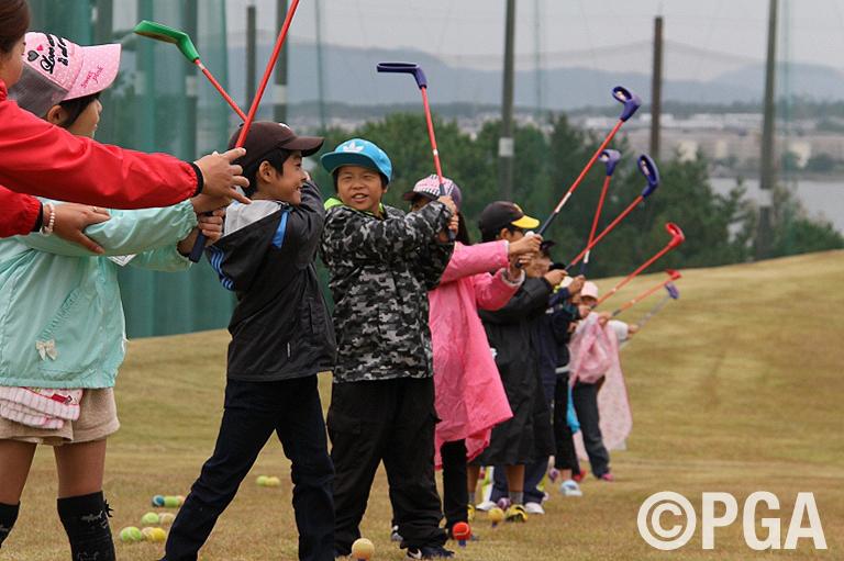 <News・FR>和白東小学校招待企画で、ゴルフ体験会・観戦ツアーを開催!