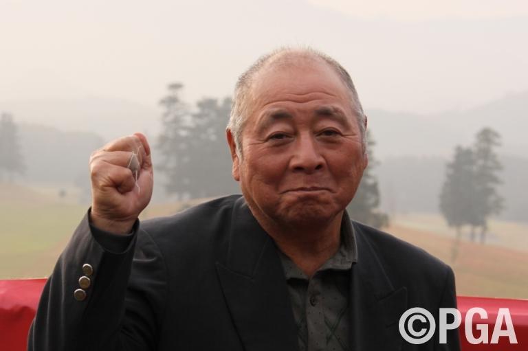 <News・FR>「ホールインワン共演」の激闘の末、中村が「年齢差」で優勝!