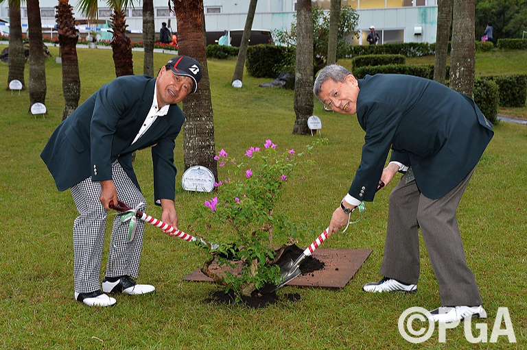 <Photo・FR>優勝記念の植樹式
