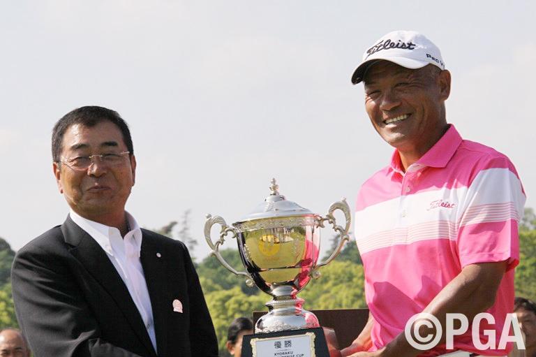 <Photo Gallery・FR>山田道幸大会会長から優勝杯が贈られた