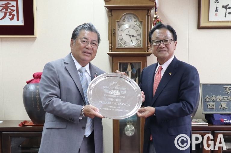 【10/20】日本プロ日清カップ開催記念品を呉屋会長へ贈呈
