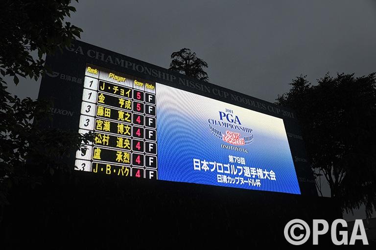 雨の中、韓国勢二人が首位タイ発進!