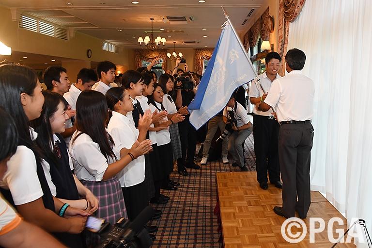倉本会長から優勝旗が贈られた