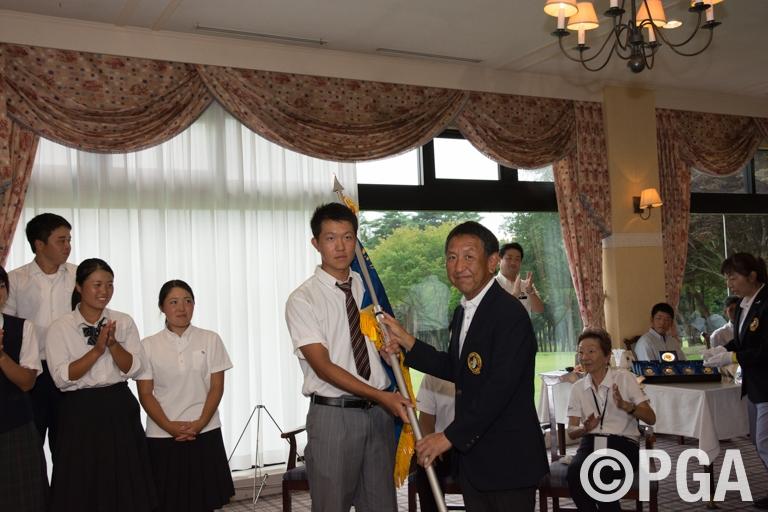 優勝旗を贈られた関西チーム
