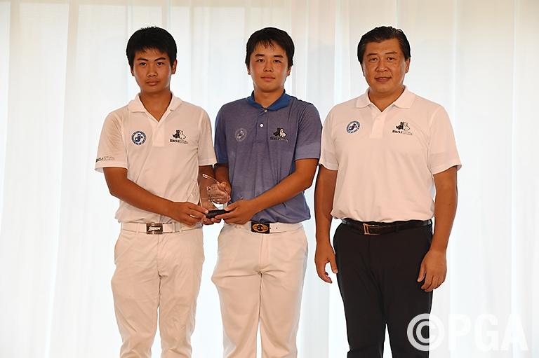 久常涼(左)と岩田大河(中)が通算5アンダーで優勝