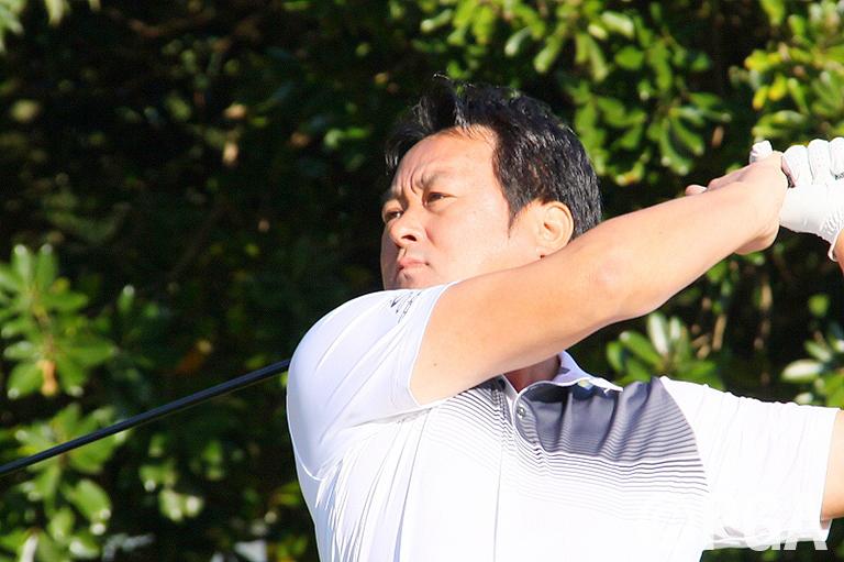 【1R】ゴルフショップ店長兼ティーチングプロ岡野が2位発進