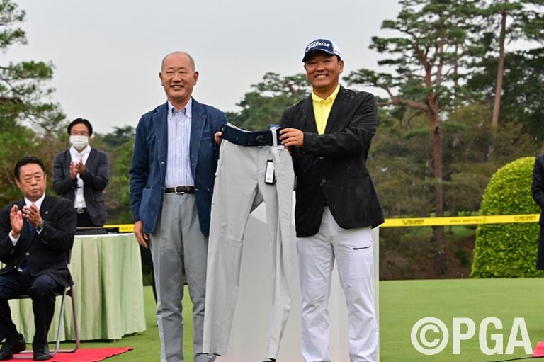 〈FR-表彰式〉優勝副賞にはミドリ安全 「MIDORI PF1」腰部保護ベルト一体型ゴルフパンツ