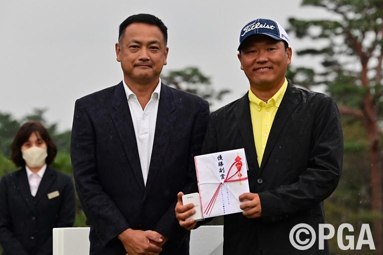 〈FR-表彰式〉ソニーネットワークコミュニケーションズ「スマートゴルフセンサー」が優勝副賞です