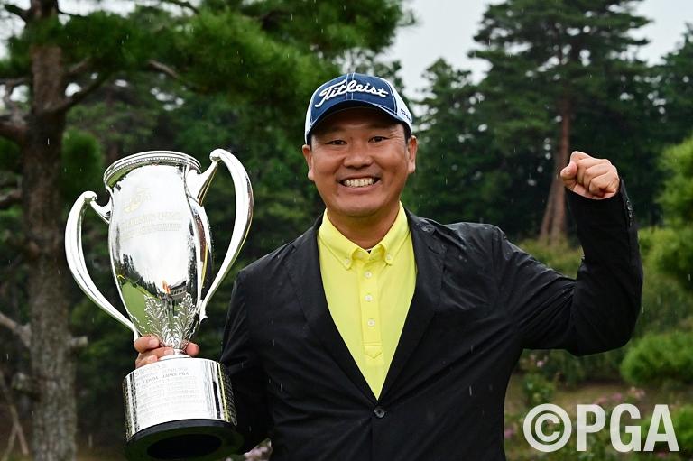 小川厚が2位に3打差をつけて大会初優勝